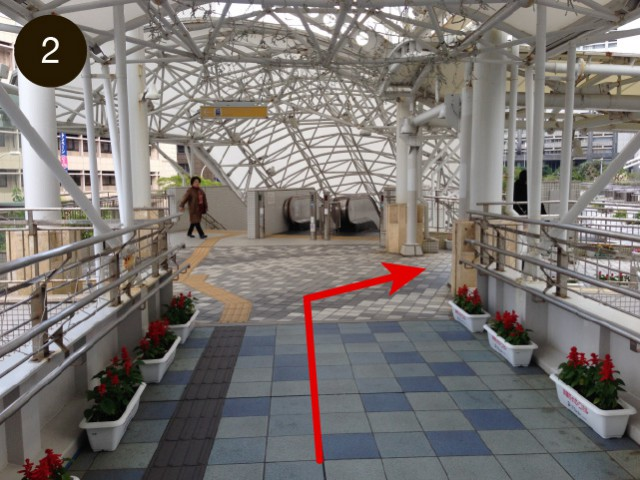 Doblar a la derecha cuando vea la escalera mecánica.